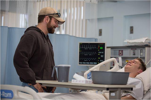 Bradley Cooper, não menos que extraordinário, ajuda a dimensionar as angústias de seu personagem (Foto: divulgação)