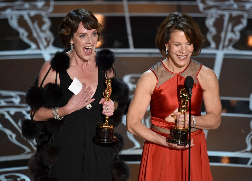 O triunfo de Dana Perry e Ellen Goosenberg Kent na categoria de documentário em curta-metragem (Foto: AP)