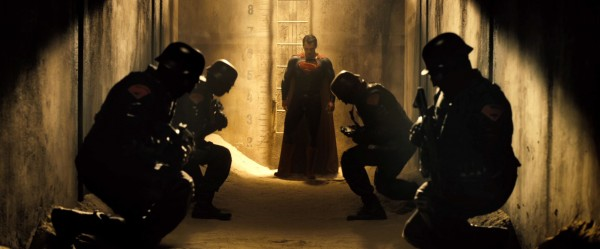 Soldados com símbolos do Superman em sua sombreiras se curvam ante o homem de aço