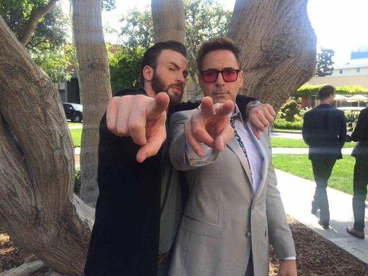 We are the men: Evans e Downey Jr. fazem pose...