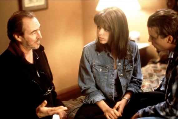 """O diretor com Neve Campbell e Skeet Ulrich no set de """"Pânico"""" Fotos: montagem/divulgação"""