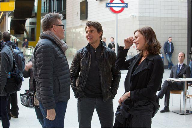 Cruise bate um papo com o diretor Christopher McQuarrie e a atriz Rebecca Ferguson no set do filme