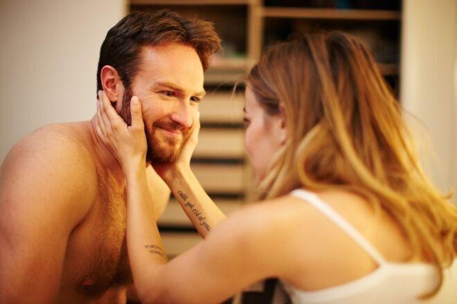 Paul e Maeve e o desejo dela de ser estuprada por ele entre a felicidade sexual deles (Foto: divulgação)