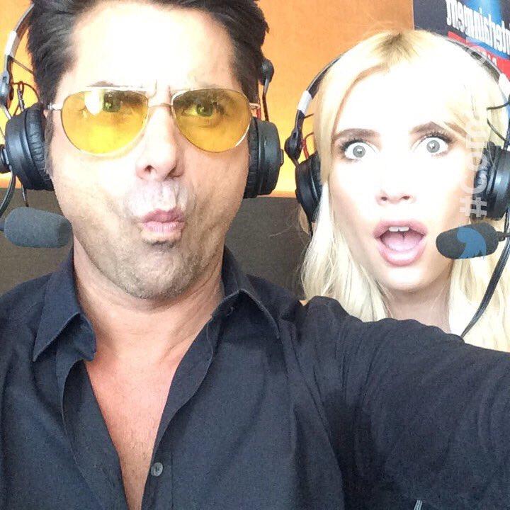 """John Stamos e Emma Roberts, que compareceram à feira para promover a nova temporada de """"Scream Queens"""", fazem caras e bocas (Foto: reprodução/Instagram)"""