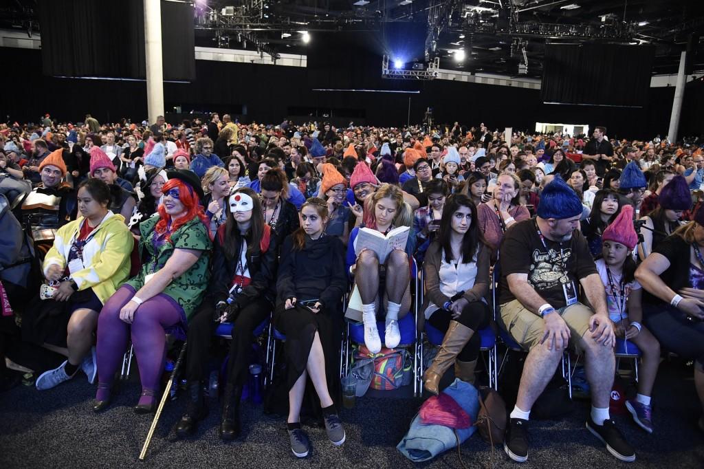 O público aguarda ansiosamente por um painel no evento (Foto: Fox/Divulgação)