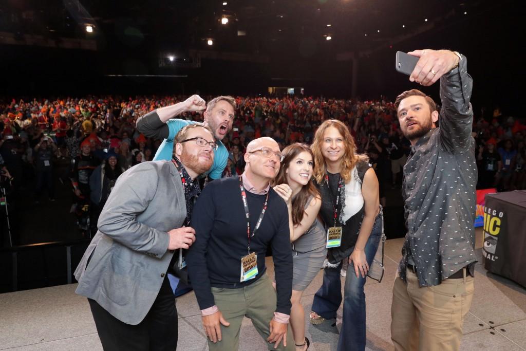 """Justin Timberlake, que esteve no evento para promover a animação """"Trolls"""", tira aquela selfie com a equipe do filme (Foto: Fox/divulgação)"""