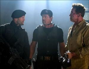 """Stallone, Statham e Schwarzenegger em cena de """"Os Mercenários"""": todos sopram velinhas em julho"""
