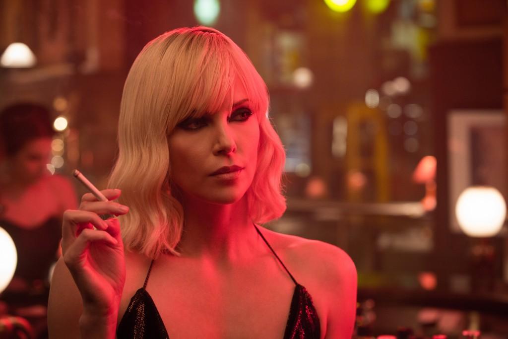 """Charlize Theron em cena de """"Atômica"""""""