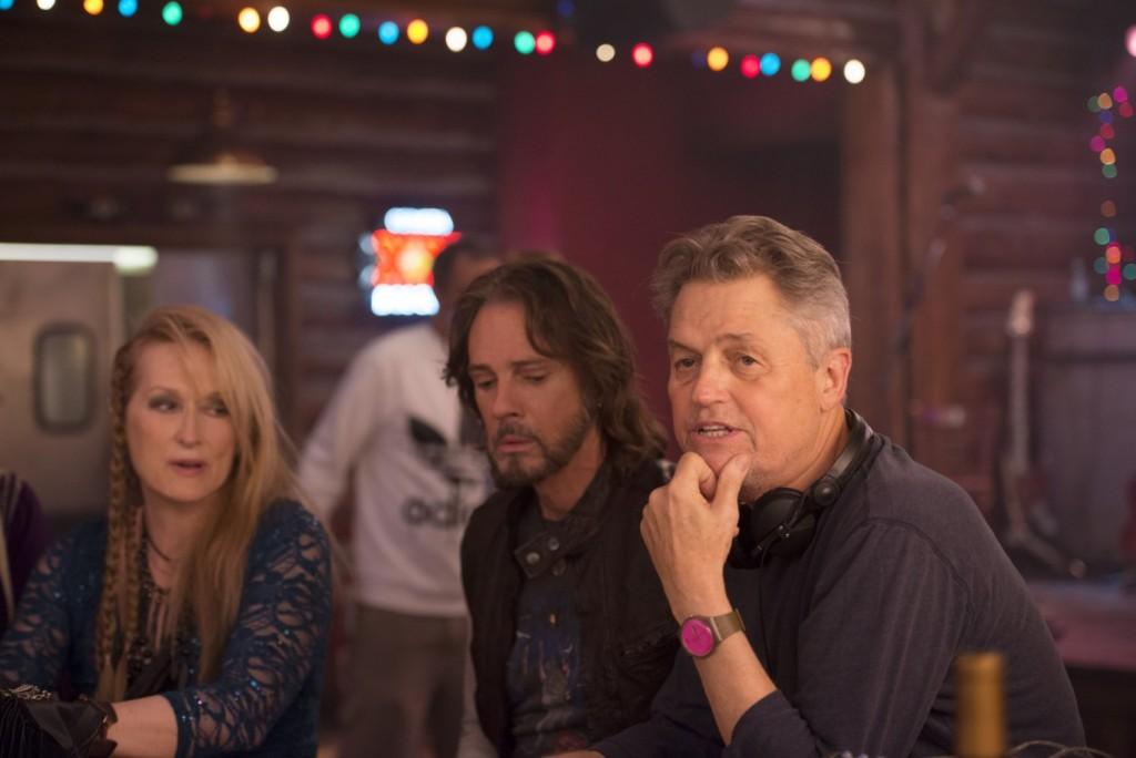 """O cineasta Jonathan Demme ao lado de Meryl Streep e Rick Springfield no set de """"Ricki and The Flash"""""""
