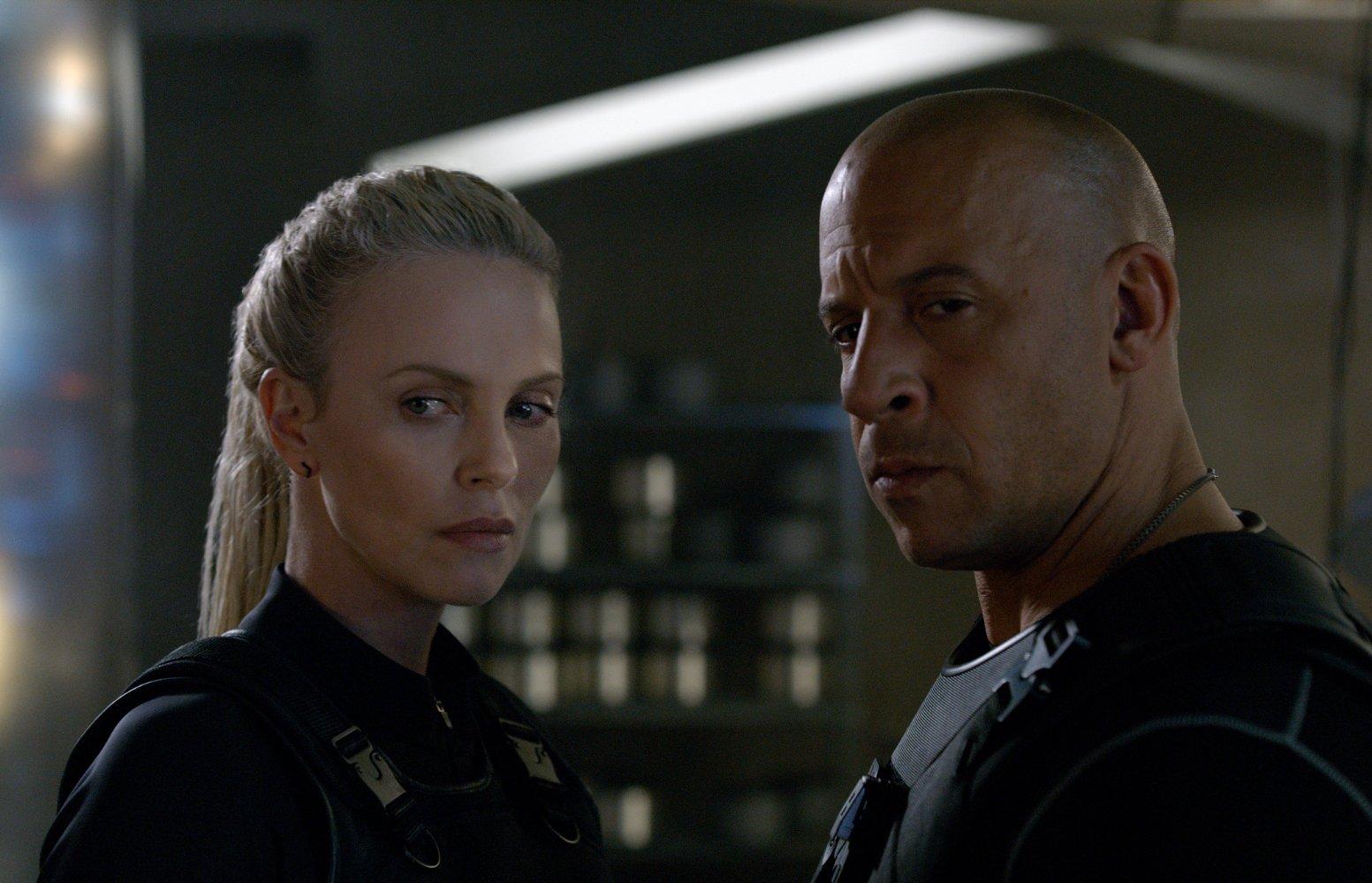 """Vin Diesel e Charlize Theron em cena de """"Velozes e Furiosos 8"""": filme bateu recorde de """"O Despertar da Força"""" e é a maior bilheteria de abertura da história"""