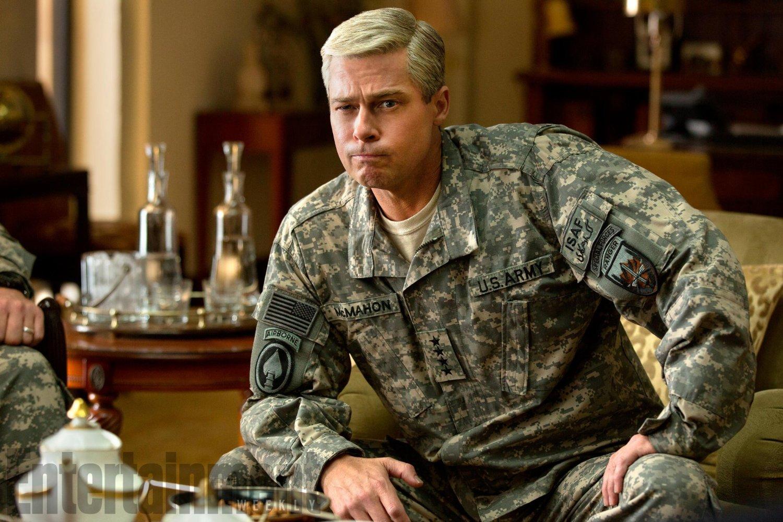 Brad Pitt em cena de War Machine, já em cartaz na Netflix