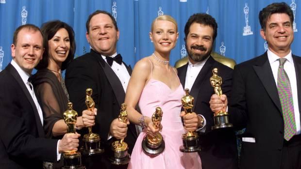"""Harvey Weinstein e os premiados por """"Shakespeare Apaixonado"""": uma vitória surpreendente que pavimentou a ascensão de um mito Fotos (AMPAS, reprodução Twitter)"""