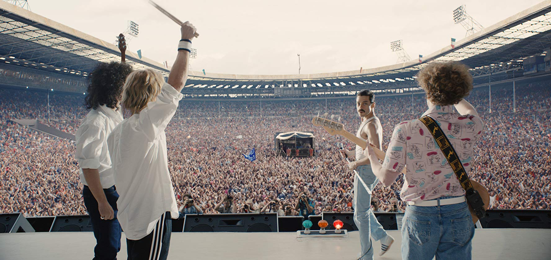 """Cena de """"Bohemian Rhapsody"""" que recria o histórico show do Queen no Live Aid em 1985"""