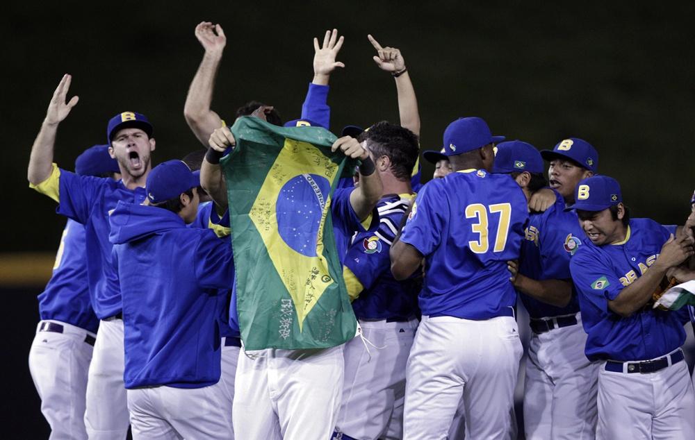 Jogadores brasileiros comemoram o feito inédito, após vencerem o Panamá