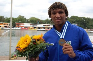 Isaquias Queiroz exibe a medalha de ouro conquistada no Mundial de canoagem