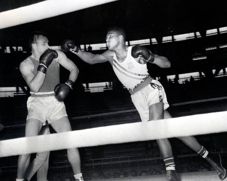 Muhhammad Ali, então chamado de Cassius Clay, golpeia o soviético Gennadiy Shatov , na final dos meio pesados das Olimpíadas de Roma