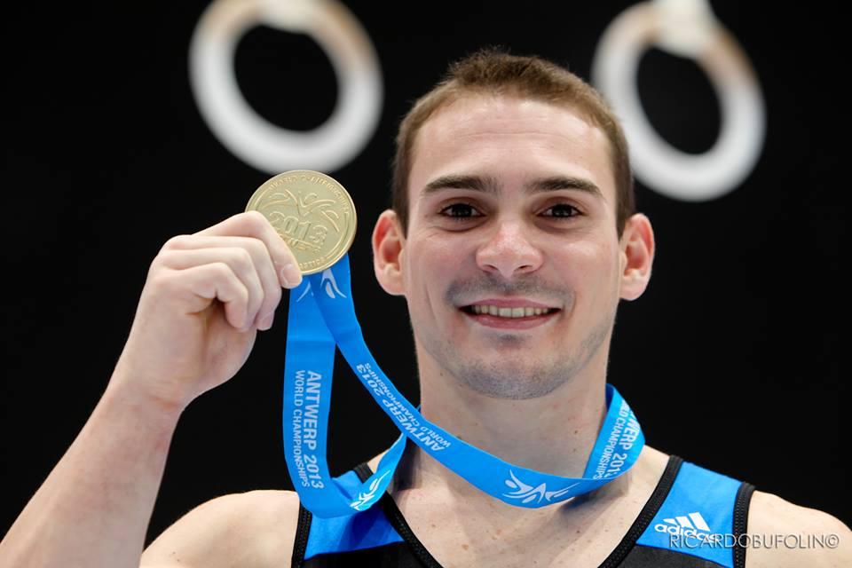 Arthur Zanetti exibe a medalha de ouro conquistada no Mundial de Antuiérpia