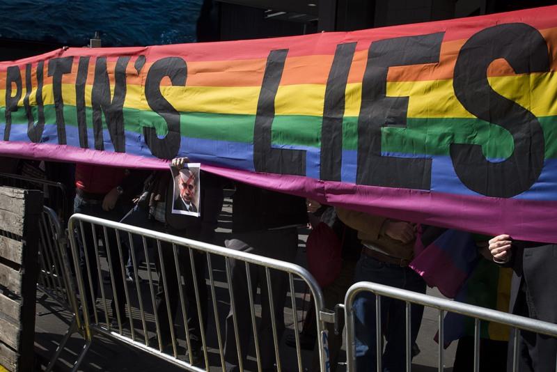 Em Nova York, manifestantes realizaram protesto contra Putin, durante evento que marcava os 100 dias para Sochi 2014