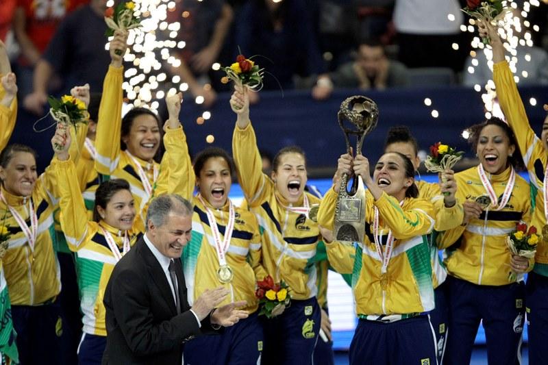 Jogadoras do Brasil comemoram o momento em que a capitã Dara recebe a taça de campeão do mundo