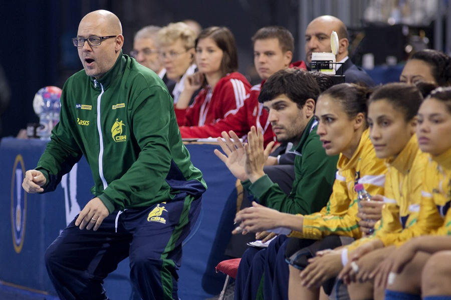 O técnico dinamarquês Morten Soubak está bem preocupado com o futuro do handebol brasileiro