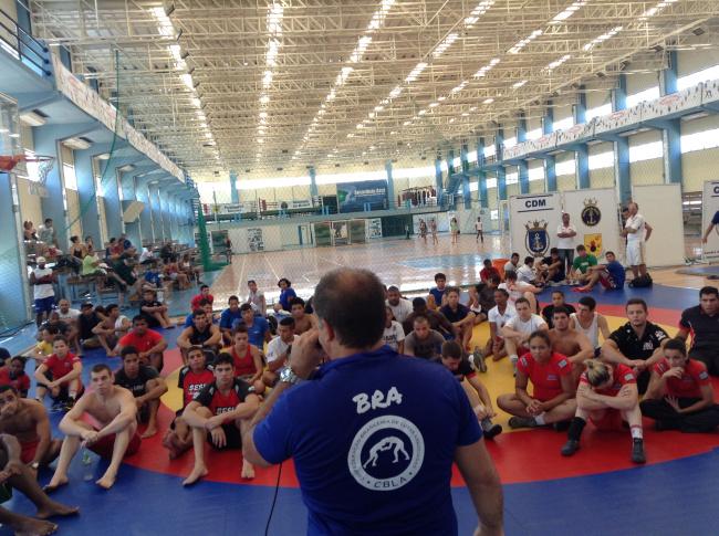Atletas da seleção brasileira de lutas durante palestra durante os treinos no Cefan