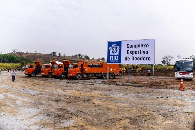 Caminhões posicionados para o início das obras em Deodoro