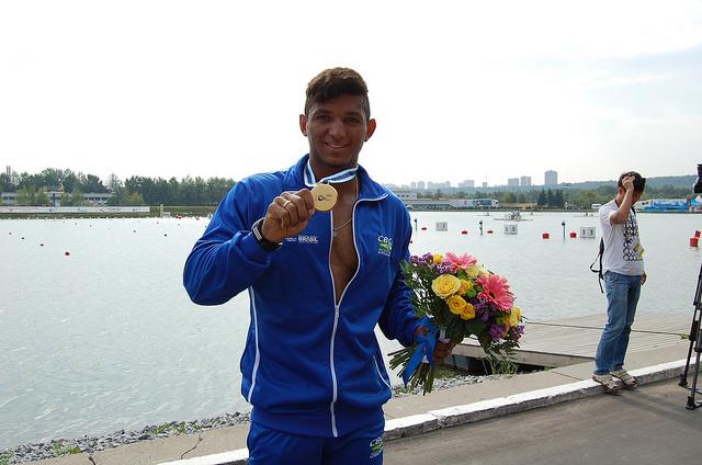 Isaquias Queiroz exibe a medalha de ouro após conquistar o bicampeonato mundial de canoagem velocidade, na prova C1 500 m, em Moscou