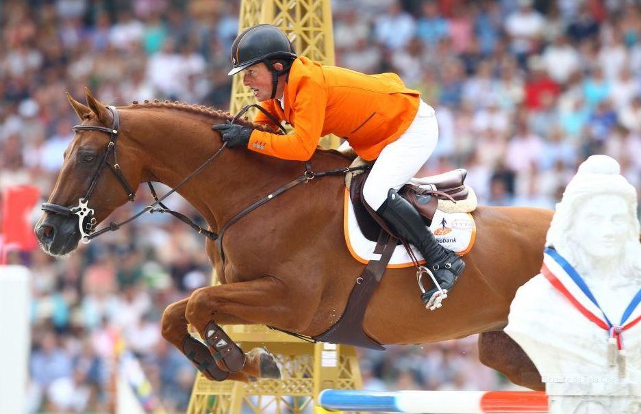 Cavaleiro holandês Gerco Schroder salta durante a final da prova de saltos nos Jogos Mundiais Equestres
