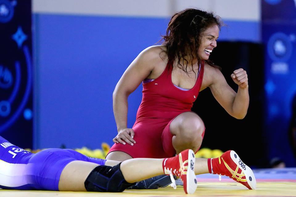 Aline Silva comemora vitória na semifinal do Mundial, sobre Burmaa Ochirbat, da Mongólia