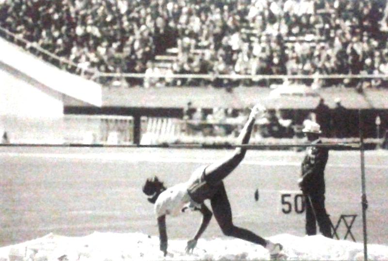 Aída dos Santos completa mais um de seus saltos na final do salto em altura