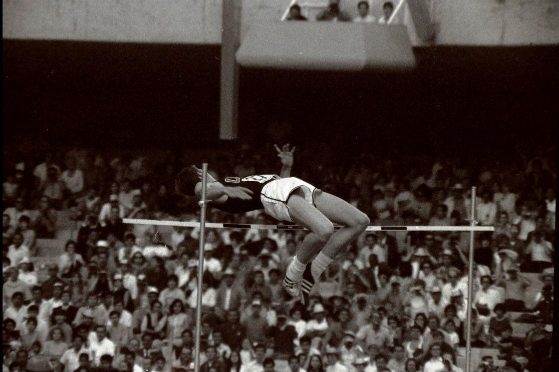 Dick Fosbury executa um de seus saltos na final do salto em altura das Olimpíadas de 1968