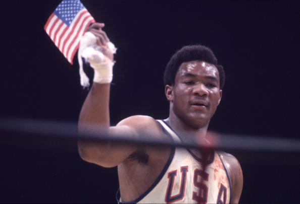 George Foreman comemora a conquista da medalha de ouro nos pesos pesados nos Jogos do México, em 1968