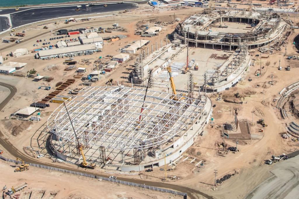 Imagem aérea das obras das Arenas Cariocas. A Arena 3 já tem a estrutura metálica do teto finalizada (Foto: Renato Sette Camara/EOM)
