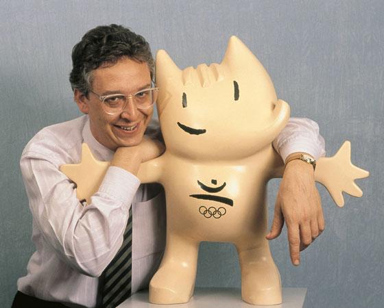 O cão estilizado Cobi e seu criador, o cartunista Javier Mariscal