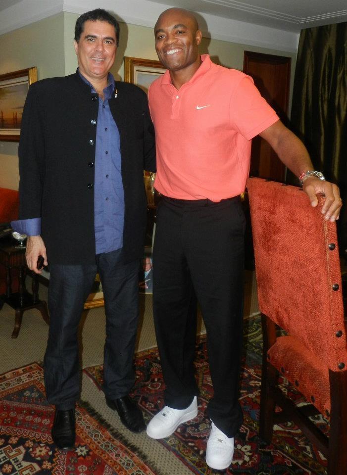 O presidente da CBTKD, Carlos Fernandes e o lutador de UFC Anderson Silva, em encontro recente na entidade