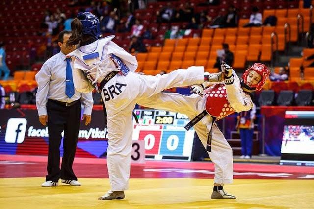 Iris Tang Sing (à esquerda) acerta golpe em adversária durante o primeiro dia de disputas do Mundial de Taekwondo