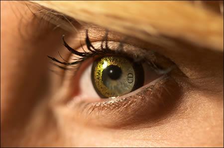 acee6497ac840 John Galliano é o designer responsável pela lente de contato com círculo em  ouro fino. (Link)