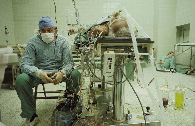 Imagem de um médico realizando uma cirurgia cardíaca que aprendeu apenas em livros