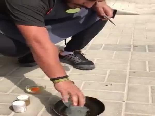 Fried_eggs_on_the_asphalt