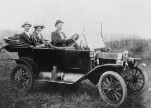 Model_T_Ford_takes_a_couple_off_on_their_honeymoon,_1913